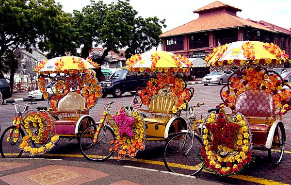 دراجات ثلاثية ملونة تنتظر زوار ملاكا. تصوير: نيشا جا.
