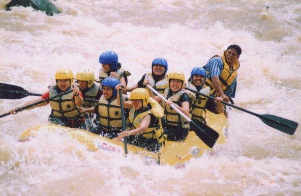التجذيف في المياه البيضاء  في نهر باداس . تصوير : سمم90(Smim90) ، ويكيميديا كومونز.